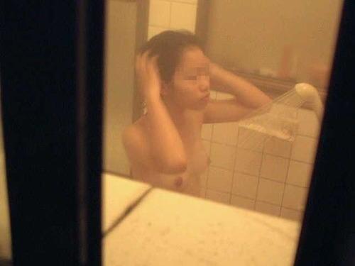 入浴中の素人の体を洗っている素人女性を盗撮したエロ画像 40枚 No.8