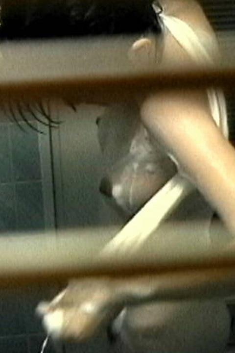 入浴中の素人の体を洗っている素人女性を盗撮したエロ画像 40枚 No.14