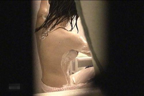 入浴中の素人の体を洗っている素人女性を盗撮したエロ画像 40枚 No.23
