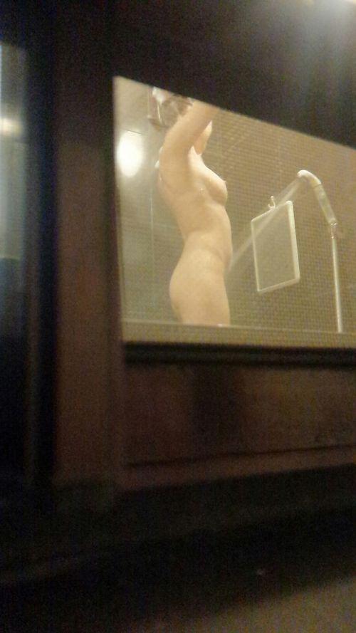 入浴中の素人の体を洗っている素人女性を盗撮したエロ画像 40枚 No.32