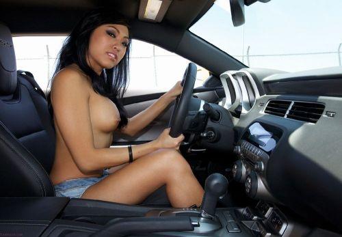 自動車内で外国人が巨乳を丸出しにしちゃってるエロ画像 31枚 No.11