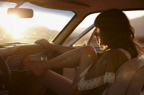 自動車内で外国人が巨乳を丸出しにしちゃってるエロ画像 31枚 No.18