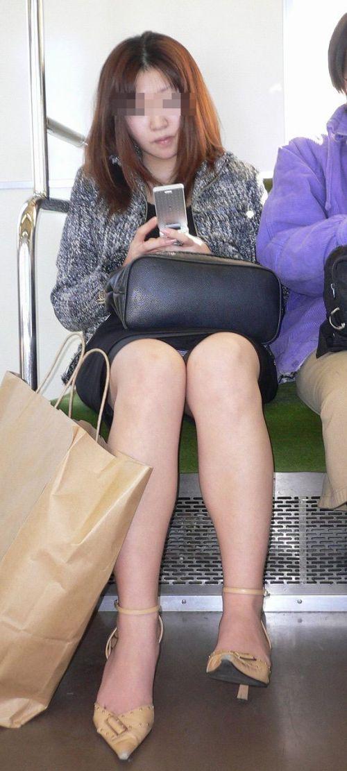 電車で対面に座ってる女性のパンティやムチムチ太もも盗撮画像 37枚 No.2