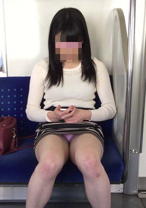 電車で対面に座ってる女性のパンティやムチムチ太もも盗撮画像 37枚 No.3
