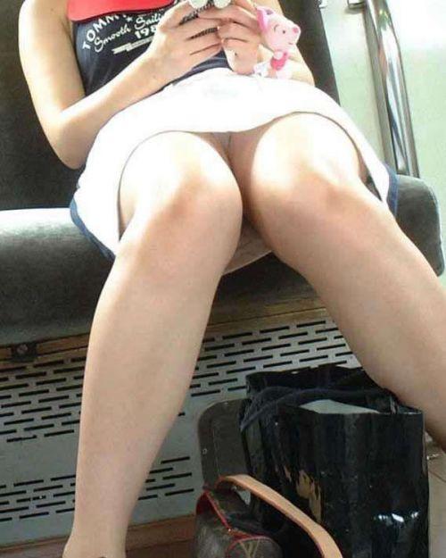 電車で対面に座ってる女性のパンティやムチムチ太もも盗撮画像 37枚 No.5