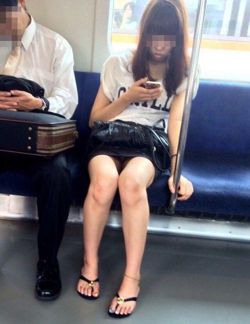 電車で対面に座ってる女性のパンティやムチムチ太もも盗撮画像 37枚 No.6