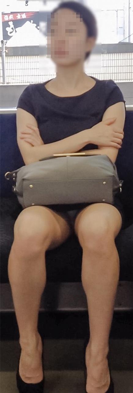 電車で対面に座ってる女性のパンティやムチムチ太もも盗撮画像 37枚 No.7