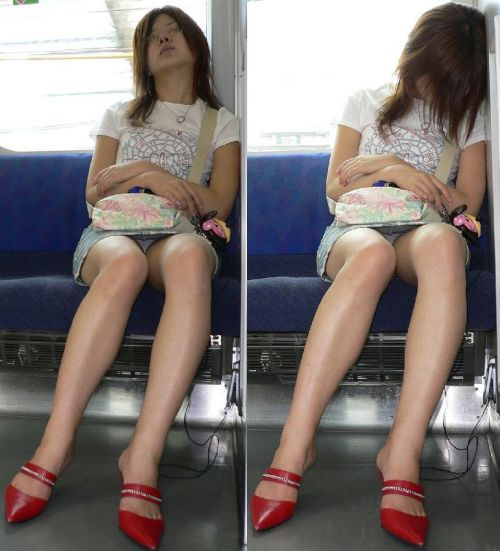 電車で対面に座ってる女性のパンティやムチムチ太もも盗撮画像 37枚 No.8