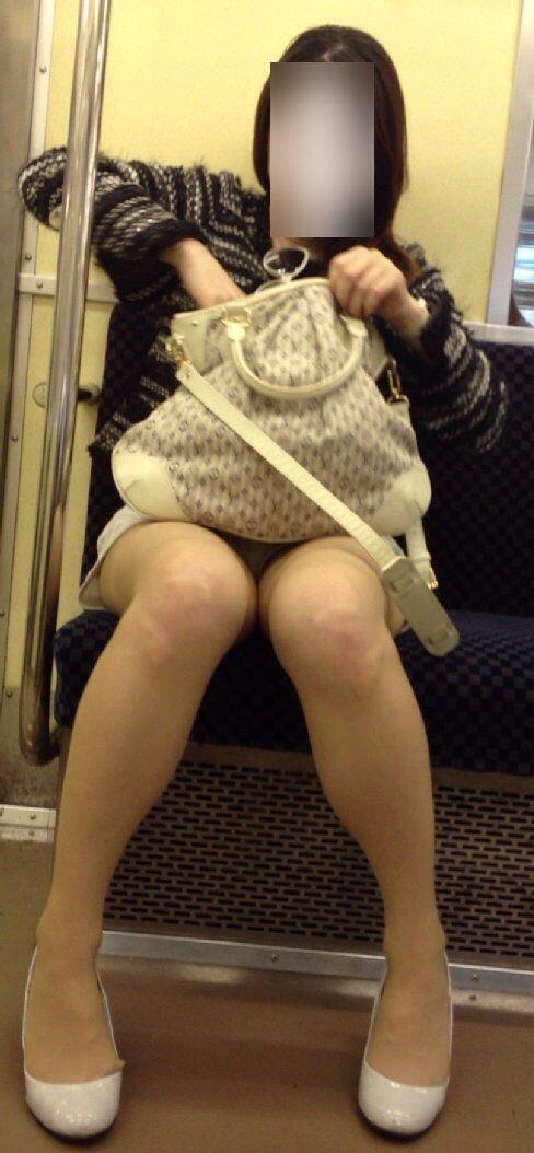 電車で対面に座ってる女性のパンティやムチムチ太もも盗撮画像 37枚 No.11