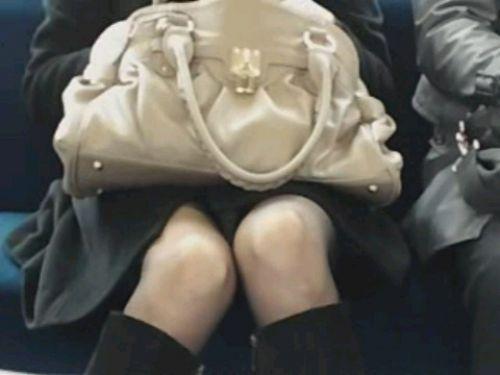 電車で対面に座ってる女性のパンティやムチムチ太もも盗撮画像 37枚 No.12