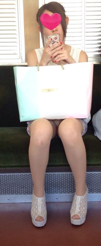 電車で対面に座ってる女性のパンティやムチムチ太もも盗撮画像 37枚 No.14