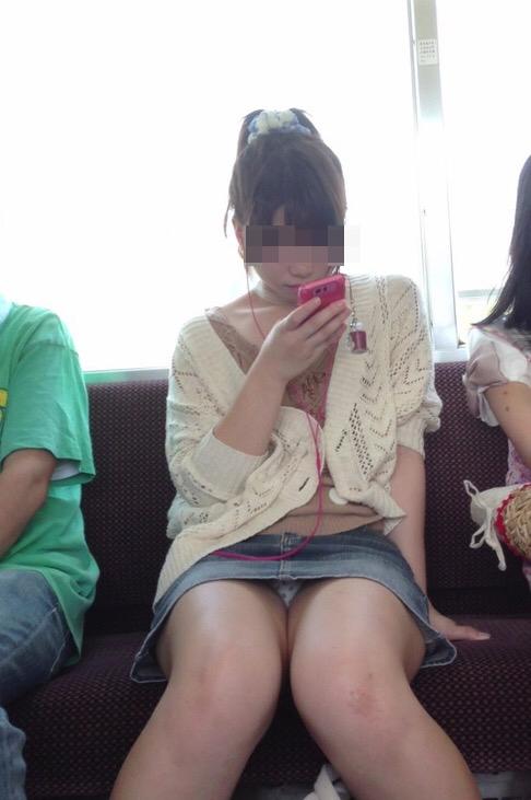 電車で対面に座ってる女性のパンティやムチムチ太もも盗撮画像 37枚 No.15