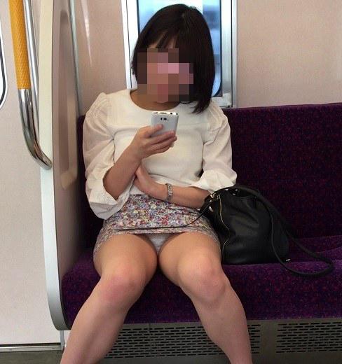 電車で対面に座ってる女性のパンティやムチムチ太もも盗撮画像 37枚 No.16