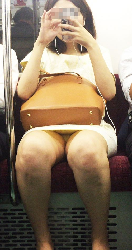 電車で対面に座ってる女性のパンティやムチムチ太もも盗撮画像 37枚 No.22