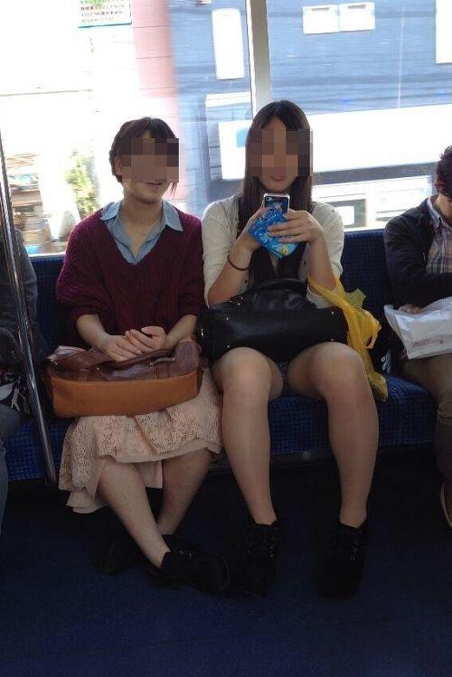 電車で対面に座ってる女性のパンティやムチムチ太もも盗撮画像 37枚 No.23