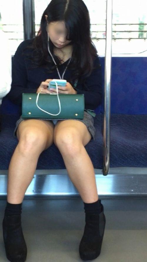 電車で対面に座ってる女性のパンティやムチムチ太もも盗撮画像 37枚 No.26