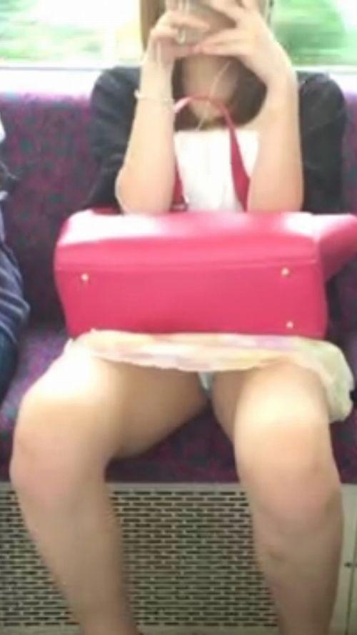 電車で対面に座ってる女性のパンティやムチムチ太もも盗撮画像 37枚 No.28