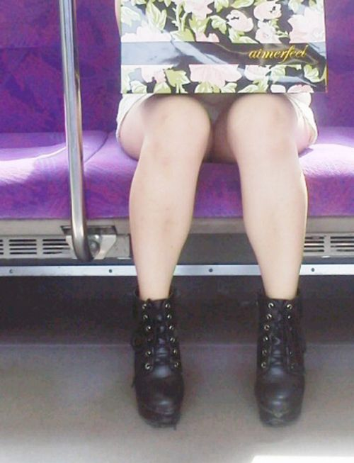 電車で対面に座ってる女性のパンティやムチムチ太もも盗撮画像 37枚 No.30