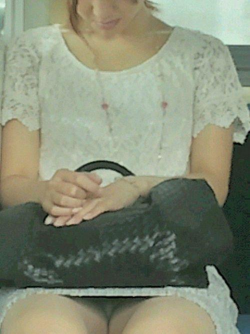 電車で対面に座ってる女性のパンティやムチムチ太もも盗撮画像 37枚 No.31