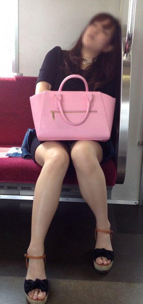 電車で対面に座ってる女性のパンティやムチムチ太もも盗撮画像 37枚 No.32