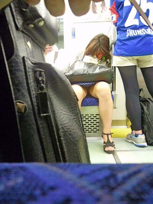 電車で対面に座ってる女性のパンティやムチムチ太もも盗撮画像 37枚 No.33