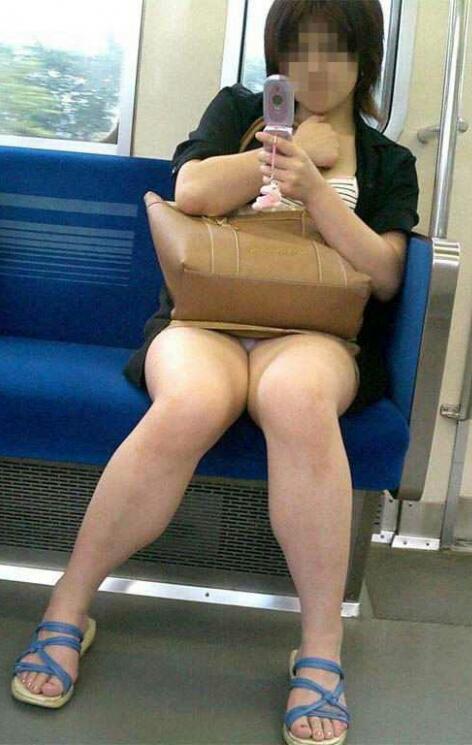 電車で対面に座ってる女性のパンティやムチムチ太もも盗撮画像 37枚 No.34