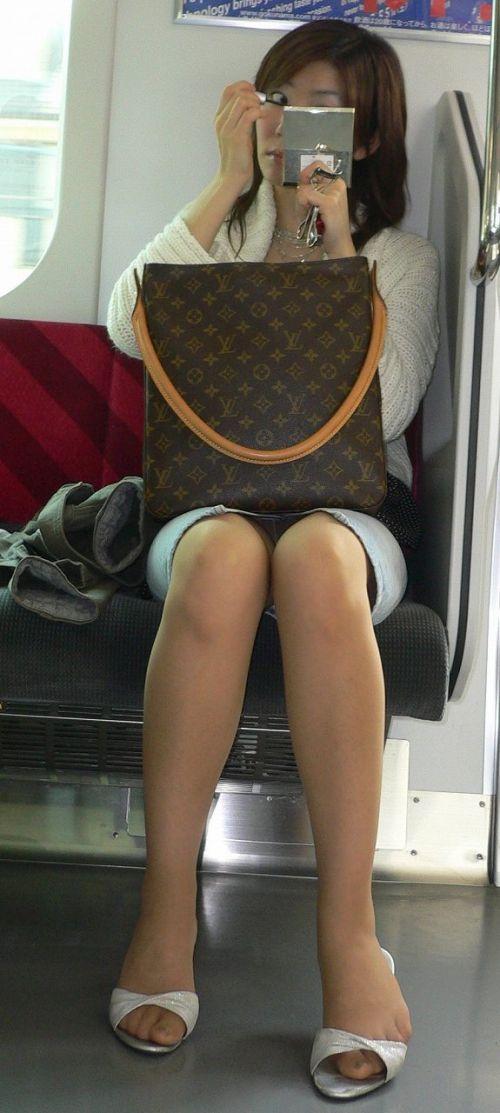 電車で対面に座ってる女性のパンティやムチムチ太もも盗撮画像 37枚 No.35