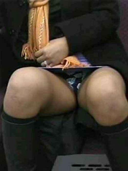 電車で対面に座ってる女性のパンティやムチムチ太もも盗撮画像 37枚 No.36