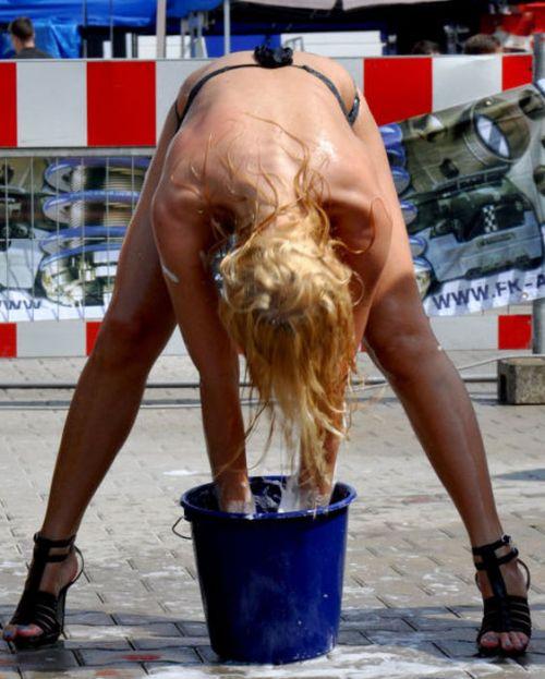 全裸美女外国人が自動車を洗車サービスしてる画像はこちらですwww 31枚 No.2