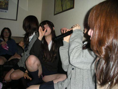 カラオケで喉もパンツも全開で歌っちゃうJKのパンチラエロ画像 49枚 No.32