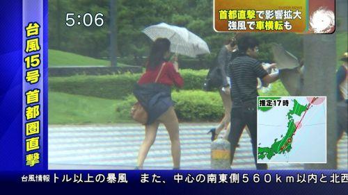 ワザと狙ってる?台風中継で撮れちゃうパンチラ・太ももエロ画像 32枚 No.27