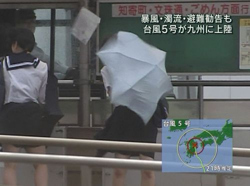 【画像】TVの台風速報でJK達のパンチラが見えちゃってる件www 32枚 No.2