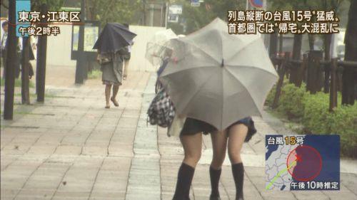 【画像】TVの台風速報でJK達のパンチラが見えちゃってる件www 32枚 No.5