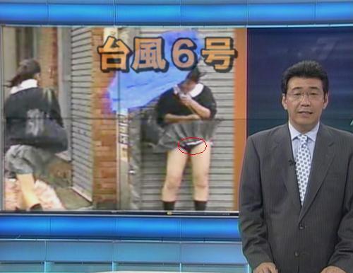 【画像】TVの台風速報でJK達のパンチラが見えちゃってる件www 32枚 No.9