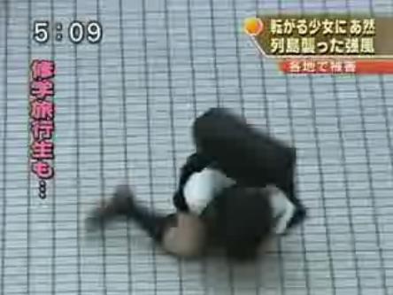 【画像】TVの台風速報でJK達のパンチラが見えちゃってる件www 32枚 No.20