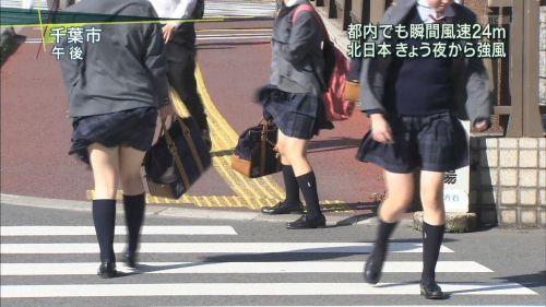 【画像】TVの台風速報でJK達のパンチラが見えちゃってる件www 32枚 No.22