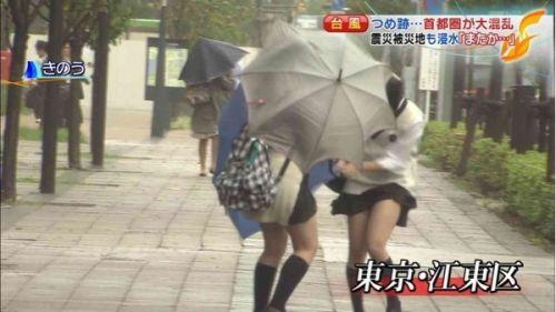 【画像】TVの台風速報でJK達のパンチラが見えちゃってる件www 32枚 No.23