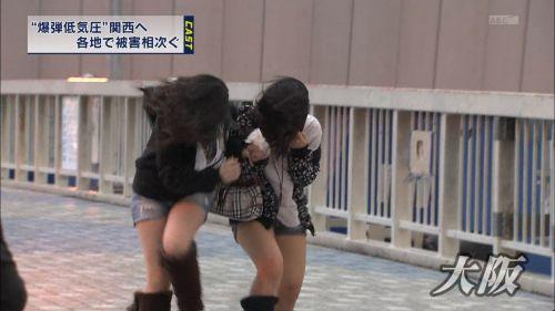 【画像】TVの台風速報でJK達のパンチラが見えちゃってる件www 32枚 No.24