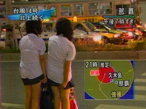 【画像】TVの台風速報でJK達のパンチラが見えちゃってる件www 32枚 No.25