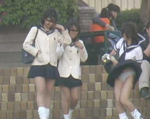 【画像】TVの台風速報でJK達のパンチラが見えちゃってる件www 32枚 No.28