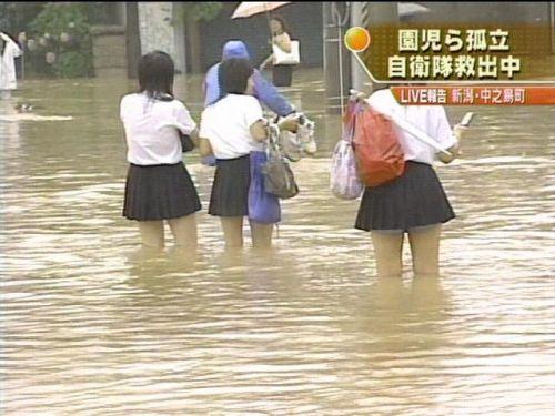 【画像】TVの台風速報でJK達のパンチラが見えちゃってる件www 32枚 No.32