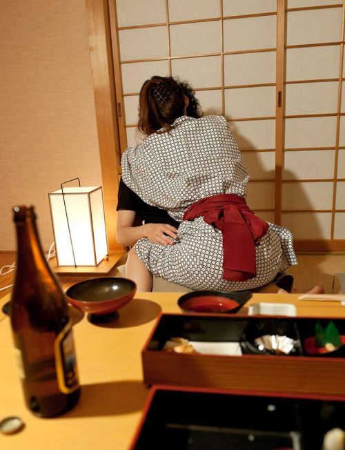 【エロ画像】温泉旅館で浴衣に着替えて食後にやるセックス気持ち良すぎwww 37枚 No.3