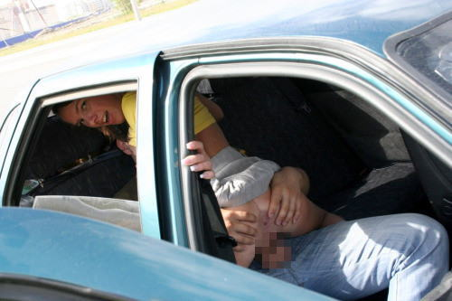 外国人が大きな外車でワイルドにカーセックスしちゃうエロ画像 35枚 No.35