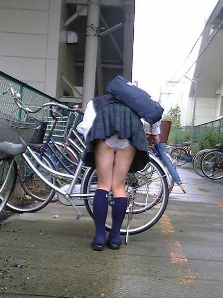 【画像】自転車通学中に強風でパンモロしちゃうミニスカJK達www 35枚 No.3