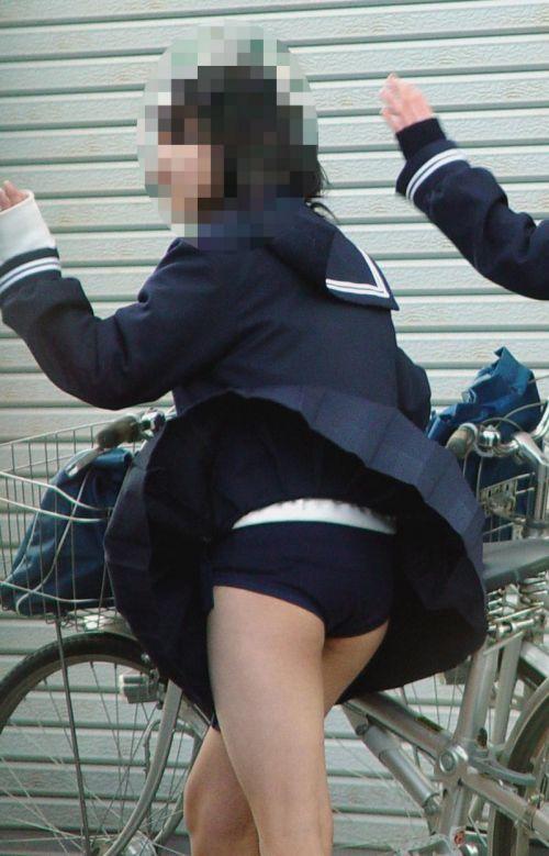 【画像】自転車通学中に強風でパンモロしちゃうミニスカJK達www 35枚 No.7