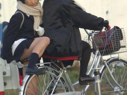 【画像】自転車通学中に強風でパンモロしちゃうミニスカJK達www 35枚 No.12