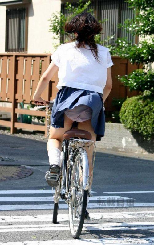 【画像】自転車通学中に強風でパンモロしちゃうミニスカJK達www 35枚 No.23