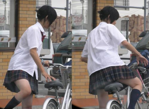 【画像】自転車通学中に強風でパンモロしちゃうミニスカJK達www 35枚 No.24