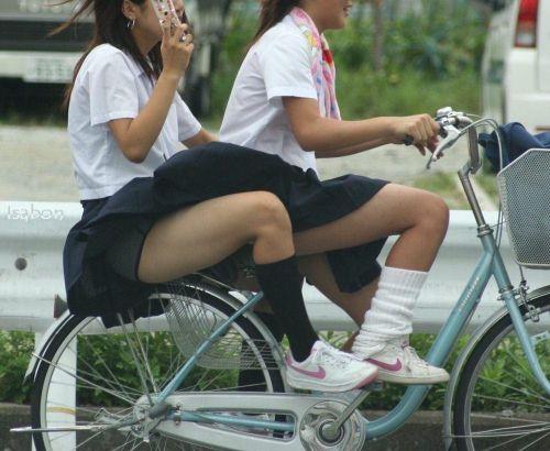 【画像】自転車通学中に強風でパンモロしちゃうミニスカJK達www 35枚 No.27