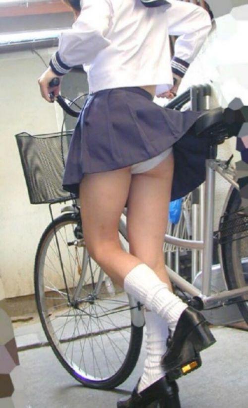 【画像】自転車通学中に強風でパンモロしちゃうミニスカJK達www 35枚 No.32